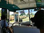 バスの車窓から:サトウキビ列車を追い抜く