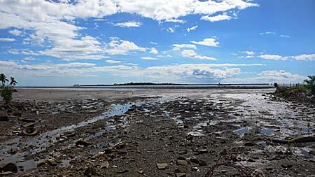 ラウトカの海岸は工業都市であり、住宅密集地であることを物語る。