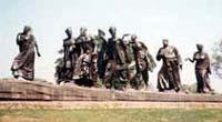 ガンジーさん達の像