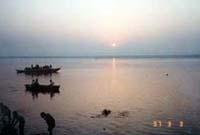 ガンジス川に昇る朝日