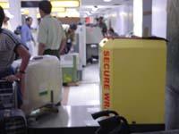 インドの空港でよく見かけるセキュアラップ(荷物をくるむラップマシン)