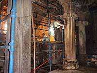 寺院内部を清掃中の係員
