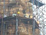 寺院の外に櫓を組んで清掃中