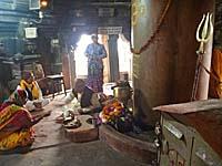 お隣のヒンドゥ寺院内部とバラモン
