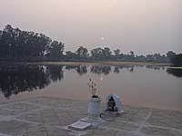湖の向こうに沈む夕日