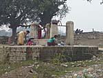 井戸で洗濯する女たち