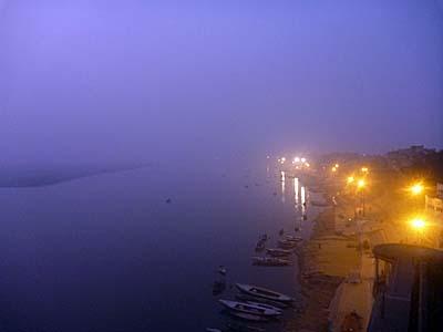 日没後のガンジス川。夜ももやがかかっている。