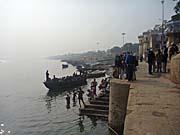 ボートに乗る観光客