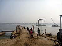 バラナシ旧市街南部にある浮き橋