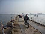 乾期の間は浮き橋も車両の通行も可能とのこと