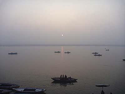 ガンジス川の東から日が昇る
