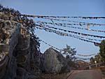 霊鷲山の参道にはタルチョがはためく