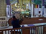 日本山妙法寺で太鼓をたたく男