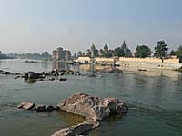 橋の上から見た王墓