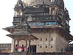 宮殿の塔にかすかに青い装飾が残る。