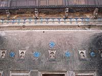 宮殿の青いレリーフが残っているところ