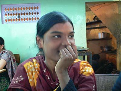 バラナシの食堂で相席になった女の子。女子高生はどこの国でもきゃぴきゃぴ。