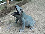 蛙の形をしたゴミ箱