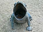 蛙の形をしたゴミ箱正面