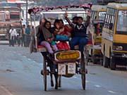 馬車に乗ってはしゃぐインド人家族