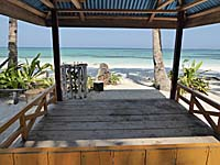 簡易的な小屋を借りて海水浴を楽しむ