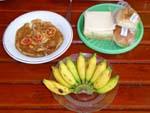ある日の朝食。パンとオムレツ