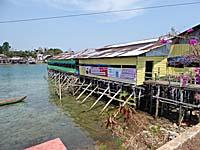 橋の脇にある水上に張り出した食堂