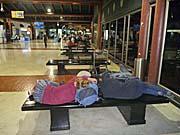 ジャカルタスカルノハッタ国際空港のロビーのベンチ