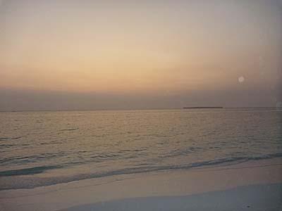 インドネシア マルク州 ケイ・クチル島 オホイリリアー村 パサールパンジャンの日暮れ