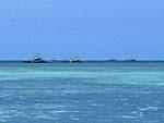 沖に浮かぶ養殖用のボート