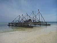 ゴダン島の浜に停泊中の養殖用のボート