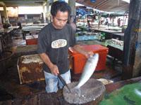 市場で魚の鱗を取ってもらう