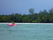 浮き輪で海に浮かぶ