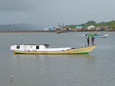 舟をなんとか動かそうと画策する船頭さんたち