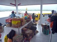 帰省する島民がベモや車で大荷物でやってくる。