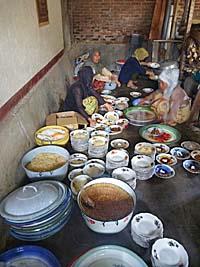 煮込み料理を盛りつける役回りの女性たち