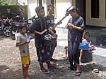 打楽器にマイクを付けて演奏する若者。