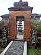 寺院の入り口から見える仏塔