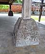 石組みの上に乗った柱