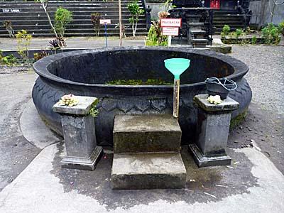 スラナディ寺院のわき水