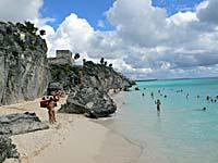 トゥルム遺跡のビーチで泳ぐ人々
