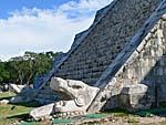 チェチェンイツァのピラミッドサイドにあるナーガ