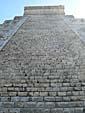 ピラミッドを見上げる