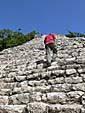 ピラミッドに登る人