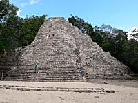 コバ遺跡のピラミッド全景