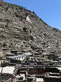 山肌に沿って家やお寺が並ぶマルファ村