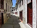 美しく整ったマルファ村の路地