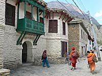 村を通り抜ける巡礼者