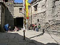 村人たちが集まる広場