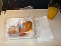 機内食はパンとクッキー